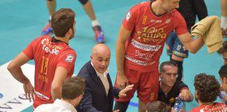 Coach Mastrangelo durante un time out (foto Lo Gatto)