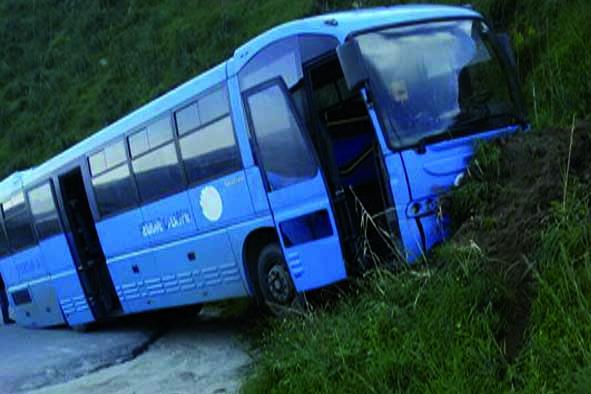 Autobus fuori strada, tragedia evitata dai riflessi dell'autista