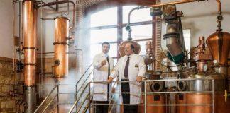 Nuccio e Pippo Caffo nella distilleria di famiglia
