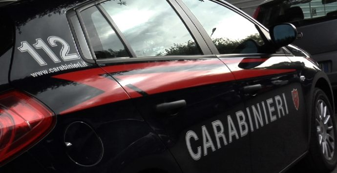 Sorpreso mentre danneggia l'auto dell'ex moglie, denunciato