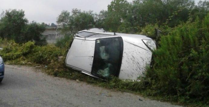 Sbanda per evitare buca sull'asfalto: auto fuori strada a Moderata durant