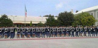 Gli allievi schierati nel piazzale della scuola