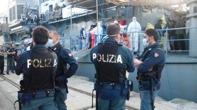 Approdata la nave irlandese con a bordo 474 migranti salvati in alto mare