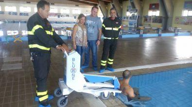 Riabilitazione e accessibilità, donato alla piscina comunale un sollevatore per i disabili.