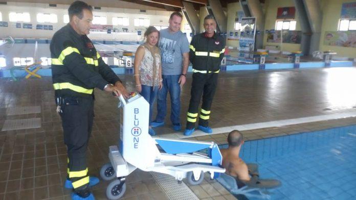 Le prove del sollevatore presso la piscina comunale