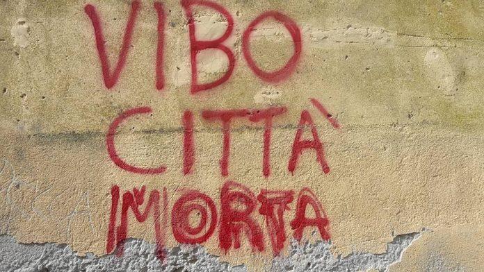 Scritta su un muro di Vibo. Mistificazione o realtà?