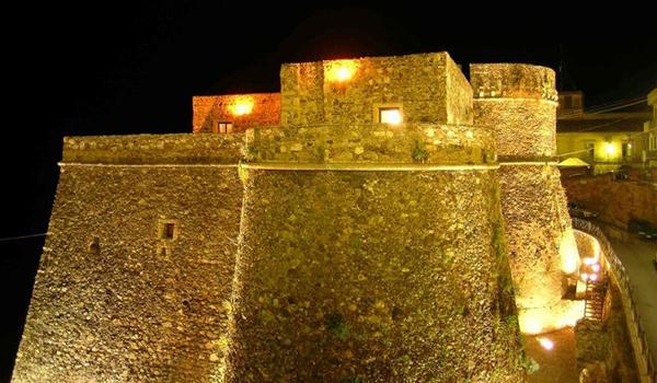Attentati di Parigi, Castello Murat a luci spente
