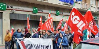 La manifestazione in difesa della Prefettura