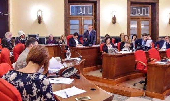 Statuto comunale: rinvii e polemiche. L'affondo di Cutrullà sul consigliere delegato
