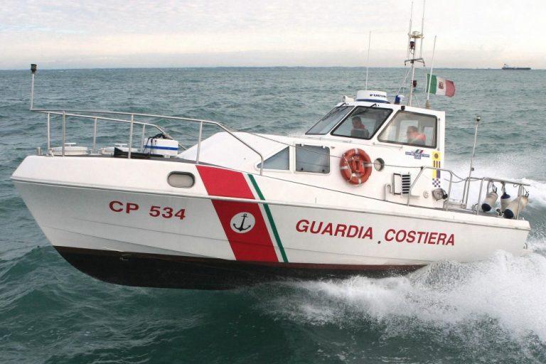 Imbarcazione in panne a 20 miglia dalla costa, tre persone soccorse dalla Guardia costiera