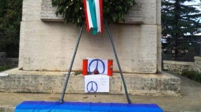 Attentati di Parigi, Anpi e Cgil depongono fiori e lumini per omaggiare le vittime