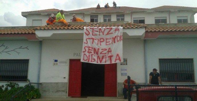 Pizzo, operai Eurocoop bloccano la statale 18