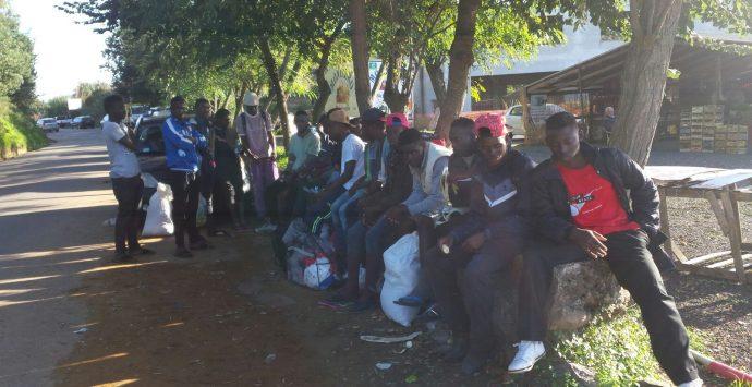 Migranti in protesta allo svincolo di Pizzo, chiedono condizioni migliori