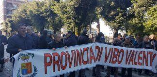 I lavoratori della Provincia nei pressi del Tribunale