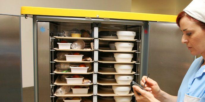 L'odissea dei pasti per l'ospedale di Vibo: «Cucinati a Serra ed esposti a pioggia e rischi igienici»