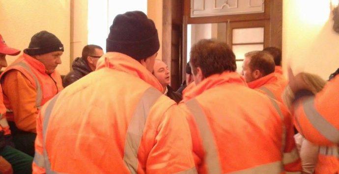 Rifiuti, nuova protesta dei lavoratori Ased in Comune