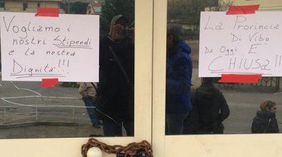 Provincia, i lavoratori bloccano l'ingresso alla sede