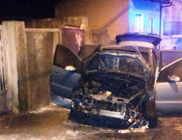 L'auto incendiata a Simbario la notte scorsa