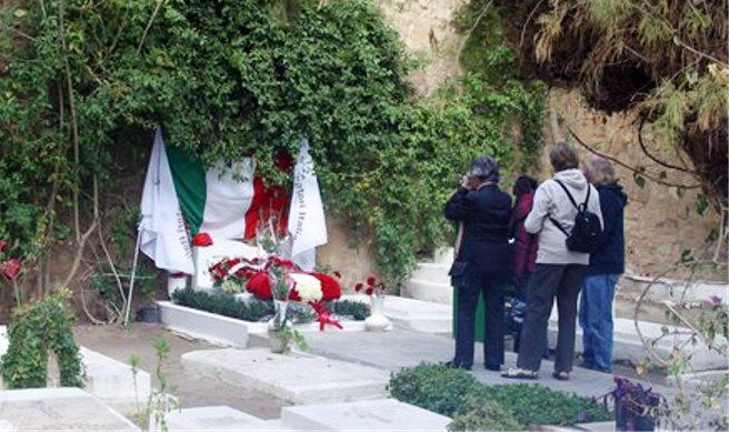 Omaggio alla tomba di Craxi
