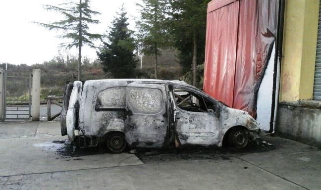 Il furgone dato alle fiamme ad Arena