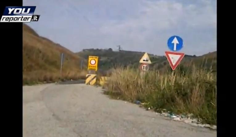 VIDEO | Mileto, lo svincolo che immette sulla provinciale chiusa