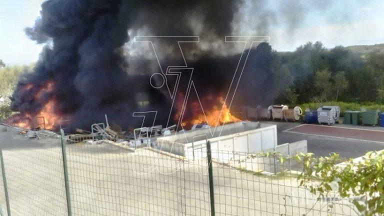 In fiamme l'isola ecologica di Dinami