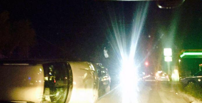 Spettacolare incidente lungo la Ss 18, auto si ribalta