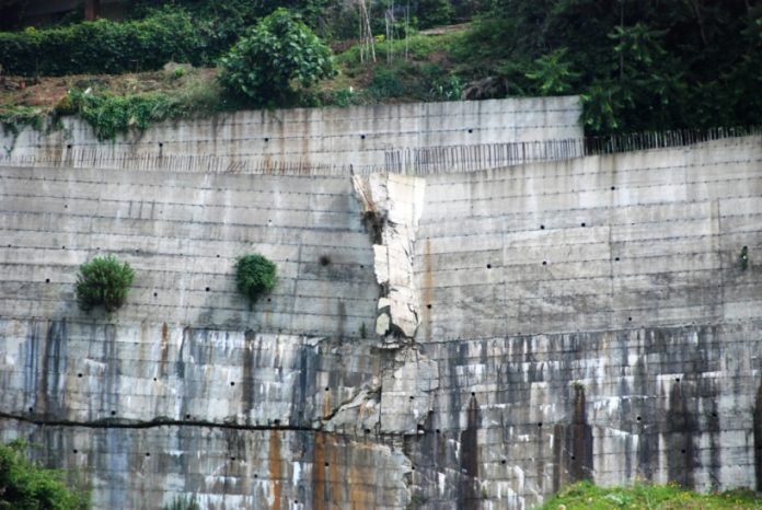 Il muro a ridosso dell'area interessata dai sequestri
