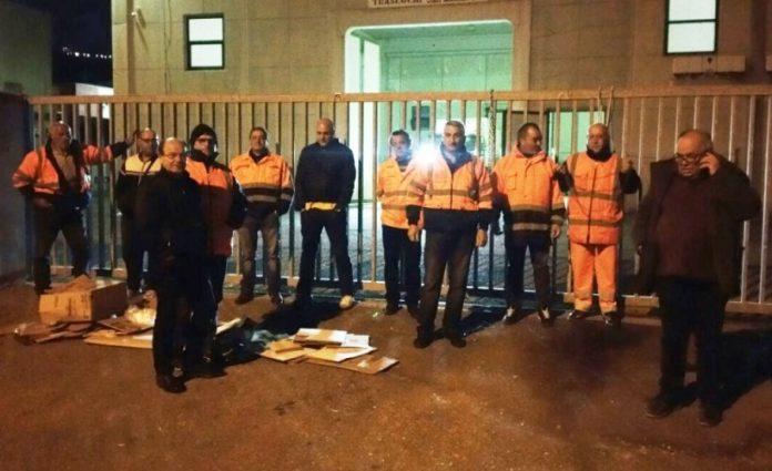I lavoratori davanti ai cancelli