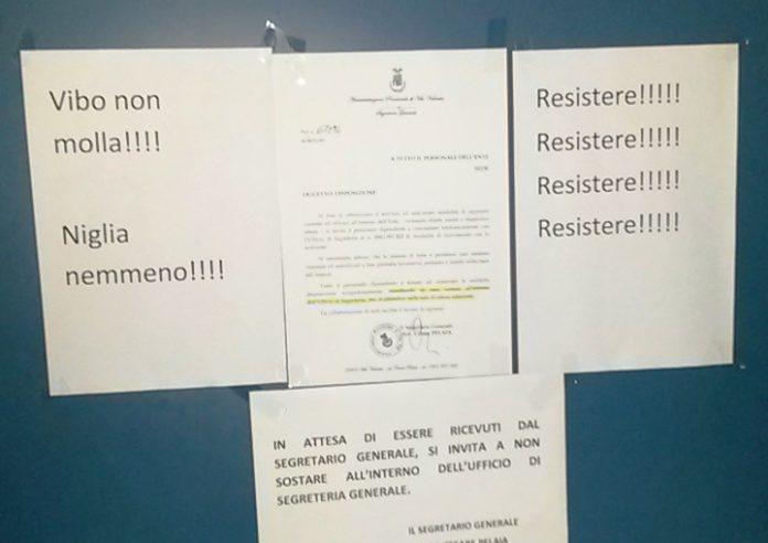 Le scritte affisse sulla porta della presidenza