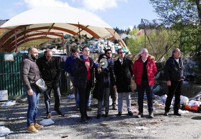 I manifestanti davanti all'isola ecologica