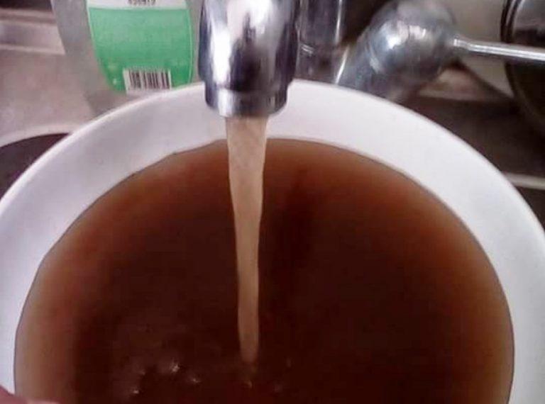 VIDEO | Acqua maleodorante e color ruggine a Vibo, la denuncia di un residente
