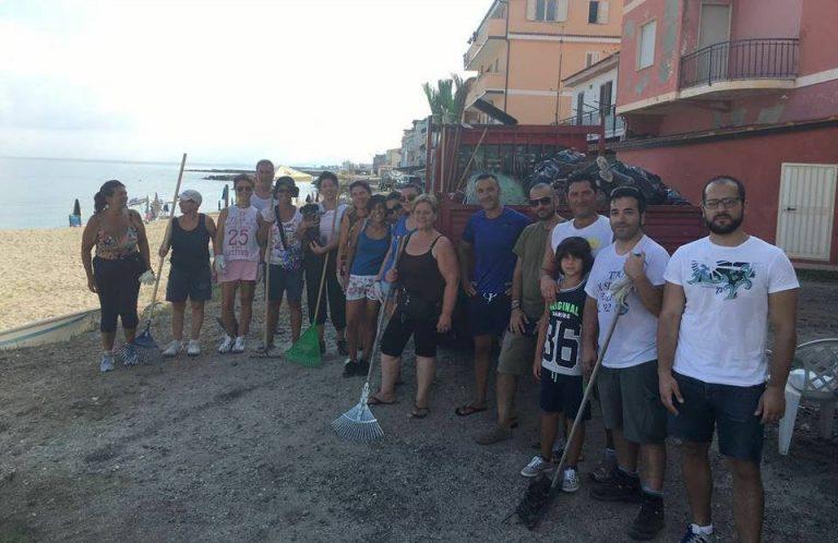 Ripulita la spiaggia del Pennello, partecipazione massiccia all'iniziativa