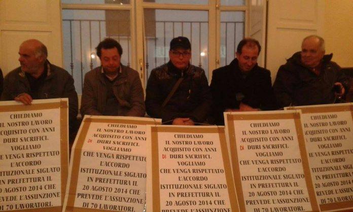 Una delle precedenti proteste dei lavoratori in Comune