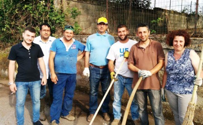 Il sindaco Maragò (al centro) con alcuni volontari
