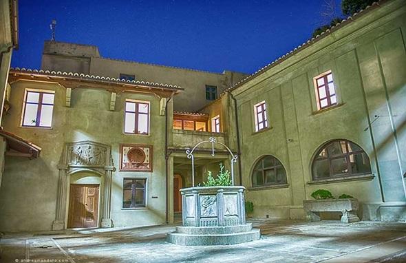 Il chiostro di Palazzo Santa Chiara