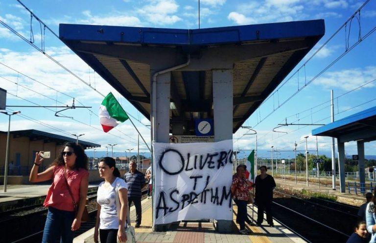 Mare sporco a Nicotera, occupata la stazione di Rosarno – VIDEO