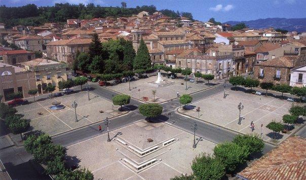 La centralissima piazza Serrao