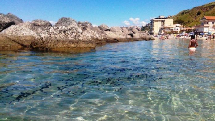 Le chiazze oleose in mare a Pizzo