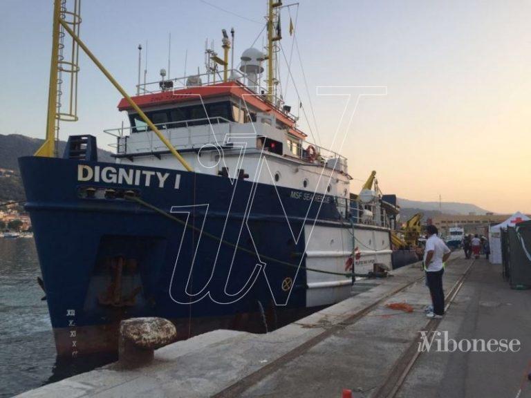 """Migranti, lo sbarco della """"Dignity I"""" a Vibo Marina (FOTO/VIDEO)"""