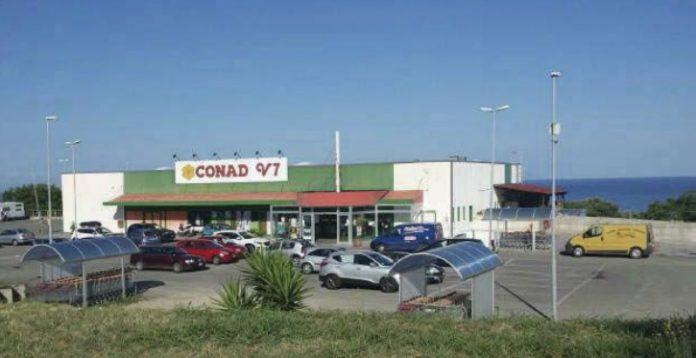 Il supermercato di Ricadi dove è avvenuto il ferimento di De Bianchi
