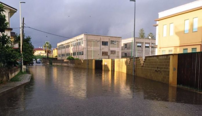 Una traversa di via Stazione a Vibo Marina allagata dalla pioggia