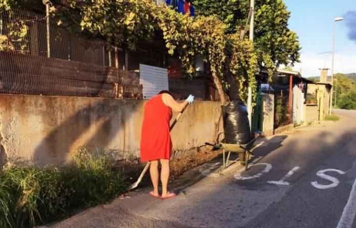 Bivona, una cittadina taglia le erbacce lungo la strada