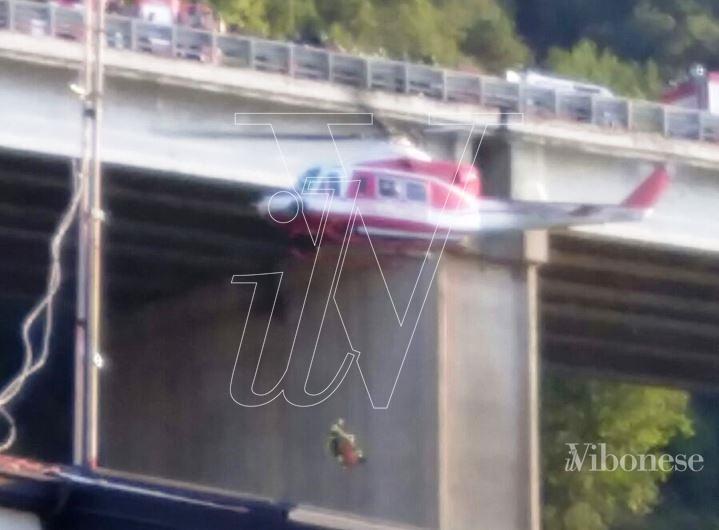 Trovata ancora viva la donna che si è lanciata dal viadotto autostradale