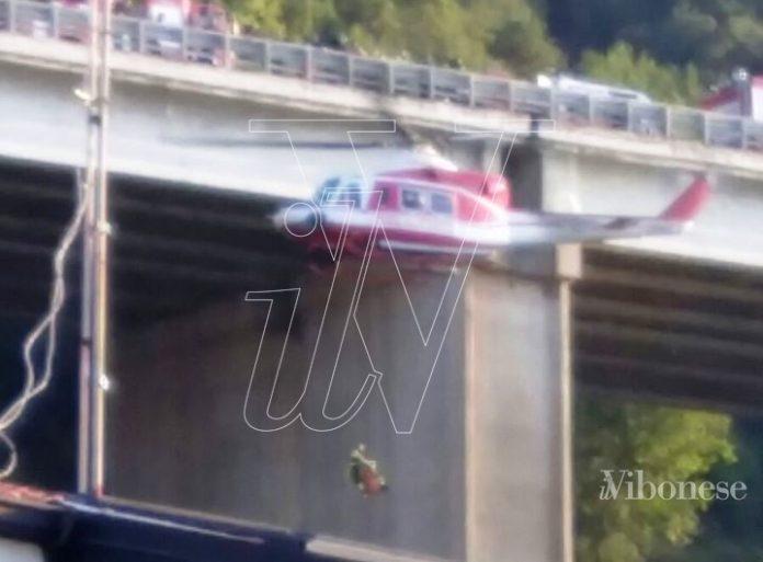 L'elicottero dei Vigili del fuoco recupera la donna