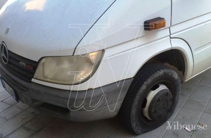 Il furgone di Cugliari con le ruote tagliate