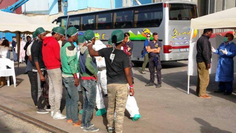 Migranti al palazzetto, al via la raccolta firme