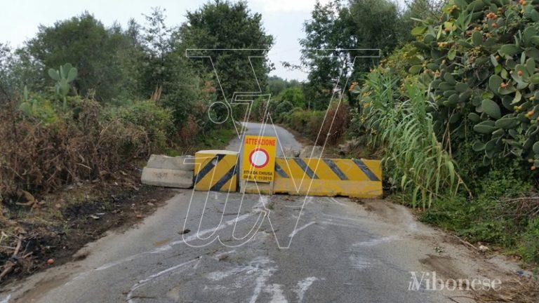 Blocchi di cemento sulla Mileto-Dinami, cittadini sul piede di guerra