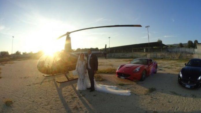 I due sposini davanti all'elicottero