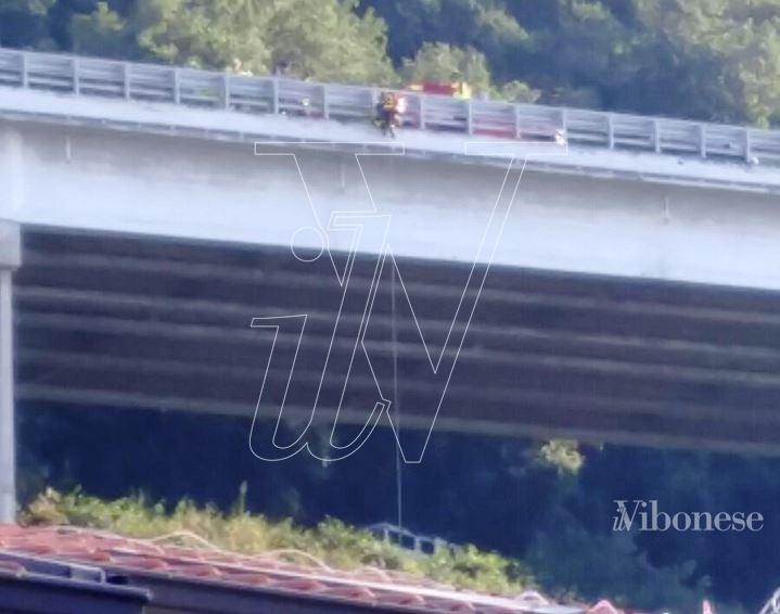 Dramma nel Vibonese, donna si lancia dal viadotto autostradale